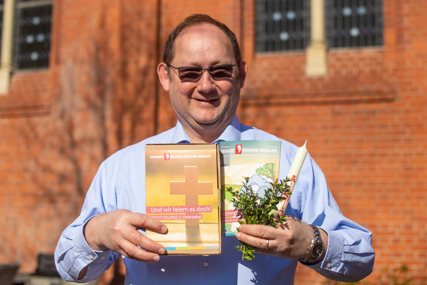 Pfarrer Peter Wohs präsentiert die Osterbox der Pfarrei Seliger Eduard Müller