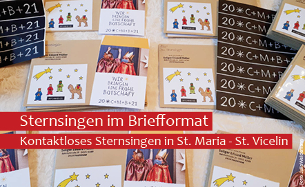 Die Sternsingerpost liegt auf dem Tisch verteilt. Viele Briefe werden mit der Post in der Gemeinde St. Maria - St. Vicelin versendet.